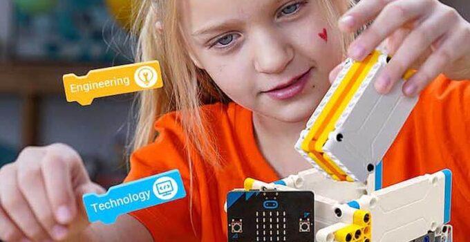 girl play STEM Crowbits