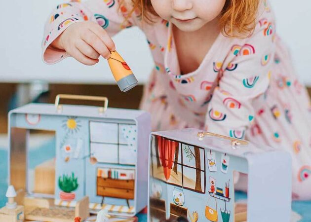 girl play toy house